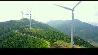 航拍山顶的风力发电站