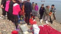 实拍大连渔场, 渔船刚靠岸, 一群人像疯了一样去抢购海货
