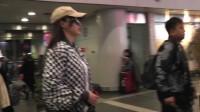 唐嫣机场秀长腿 对镜头挥手帅气中带点甜