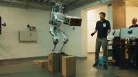 波士顿动力公司的机器人展示挨打和送货等等