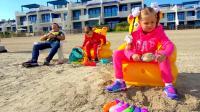 国外儿童时尚,爸爸带着小萝莉和小正太到海边玩沙土