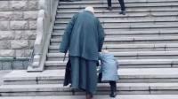 一明小和尚 师徒俩人手拉手一起登塔,世间最珍贵的就是陪伴❤️