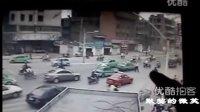 【拍客】阜阳一闯卡轿车冲撞交警的监控视频