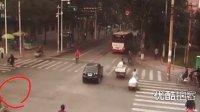 """【拍客】街头老人摔倒20余人漠视 大学生""""录像搀扶"""",救与不救"""