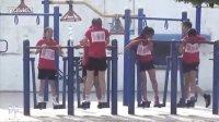 红衣女子运动队健身器上健身风采