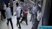 监控实拍:老公和情夫打架 女子闯派出所刀捅情夫
