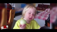 笑死不偿命:含泪啃完!宝宝误把洋葱当苹果