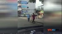 男子追砸运钞车被击毙 目击者:运钞车曾撞到该男