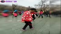 大叔正在耐心的交大妈高难度广场舞舞步,看着就难.