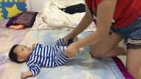 宝妈给新生儿宝宝做排气操视频教程 婴儿快速排气视频 宝宝胀气怎么办