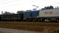 HXD2C双机牵引货车通过。