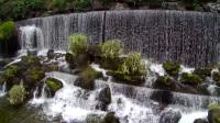 无人机视角近距离拍摄麓湖公园里美丽震撼的瀑布