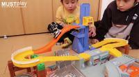 多美卡DIY手动合金小车场景玩具能拎着走的手提箱和升降高速汽车赛道跑道组合搭建