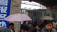 艺考专题<5>-下雨挡不住艺考家长和学生的报名步伐-无锡湖滨中