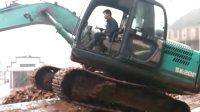 神钢..挖掘机上平板车