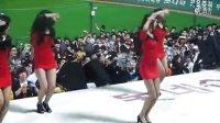 韩国棒球赛后女拉拉队即兴跳舞,台下宅男屌丝表情好猥琐啊