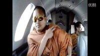泰国僧侣炫富 私人飞机名牌包
