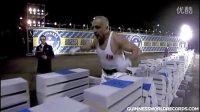 碉堡!土耳其大叔1分钟怒劈1200块砖 吉尼斯纪录【阿苏科斯】