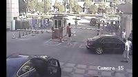 实拍温州乐清一小孩被轿车碾压众人抬车救人
