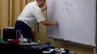 注塑专家余成根讲师正在现场讲解、演示注塑缺陷问题产生的原因