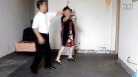 妈妈和朋友学跳伦巴交谊舞