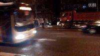 一男子不走旁边的人行天桥横穿马路被大货车撞倒在地