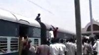 惊:印度男子在火车上触摸高压电线自杀死亡瞬间.超恐怖!