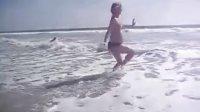 美丽孕妈妈的海边起舞