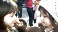 娜奥美丽莎吃一个雪糕