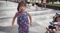 【超级萌宝】5岁萌女孩街头声情并茂摆故事狼和兔!