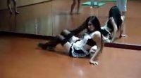 校花学姐大跳女仆装热舞,吓傻后面大一学妹