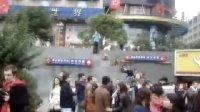 """实拍上海人民广场上老外们的""""雕塑""""造型"""