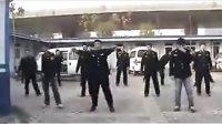 城管街头跳热门舞蹈动作