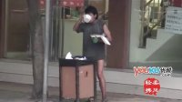 """[拍客]成都街头""""裤衩哥""""寻食垃圾桶内残羹辛酸一幕!"""