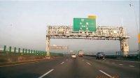 高速公路货柜车前轮爆胎