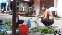[拍客]11岁女孩的暑假生活:街头摆摊卖菜为父母筹药费,撑起家的一片天