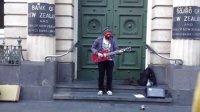 带着面具的吉他高手在新西兰街头卖艺