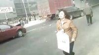 南京江宁区义乌等车的站台前面发生车祸,司机当场死亡,后座还有几个学生