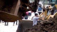 实拍-2011年7月前往北川路上遇到挖掘机翻车,事故处理过程