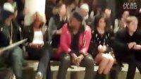 Vanessa Hudgens在The Jeremy Scott Show观众席第一排