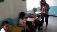 老师上课为学生展示可爱猫