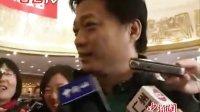 崔永元两会报到 惹众记者爆笑