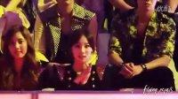 少女时代泰妍在台下看别的组合表演时忍不住模仿跳舞动作