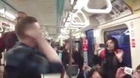 【发现最热视频】让低头族头抬起来!老外台北地铁上的即兴演出