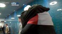 曼城夺冠后曼奇尼在通道内与父亲拥抱