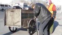 【拍客】实拍大年初二'扫马路保洁员'的老伴现场给车补气