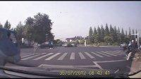 扬州女交警扶老人过马路