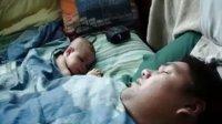 婴儿睡觉时被爸爸的鼾声吓醒了!