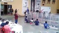 【发现最热视频】机器人大战!围观者不幸躺枪