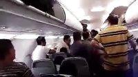 [拍客]机飞机延误 旅客与乘务员发生冲突